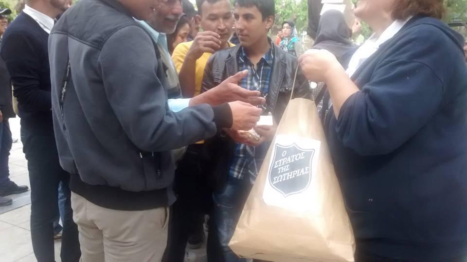 Menekülteknek oszatnak ételt Athénban az Üdvhadsereg munkatársai